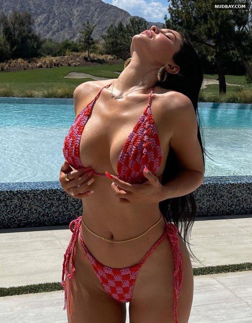 Kylie Jenner bikini Apr 17 2021