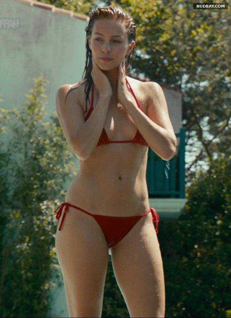 Alicia Endemann bikini in Ma famille t'adore déjà (2016)
