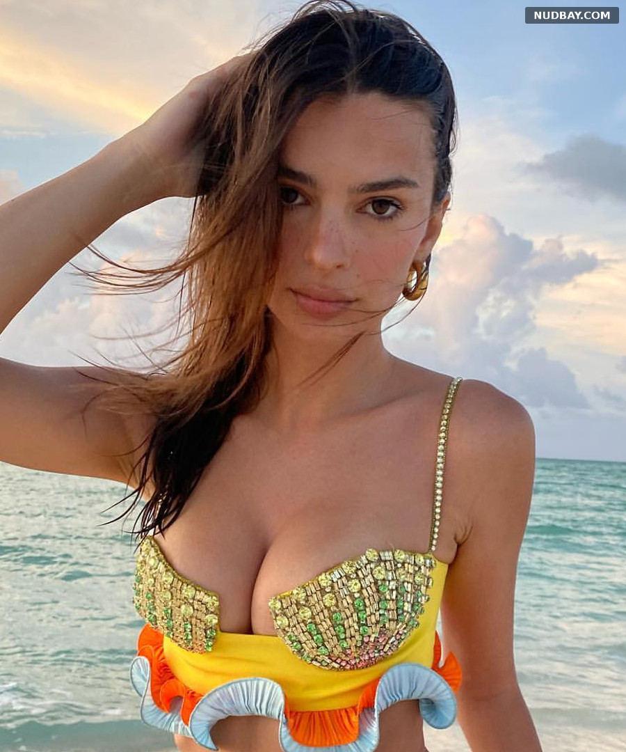 Emily Ratajkowski boobs Jun 08 2021
