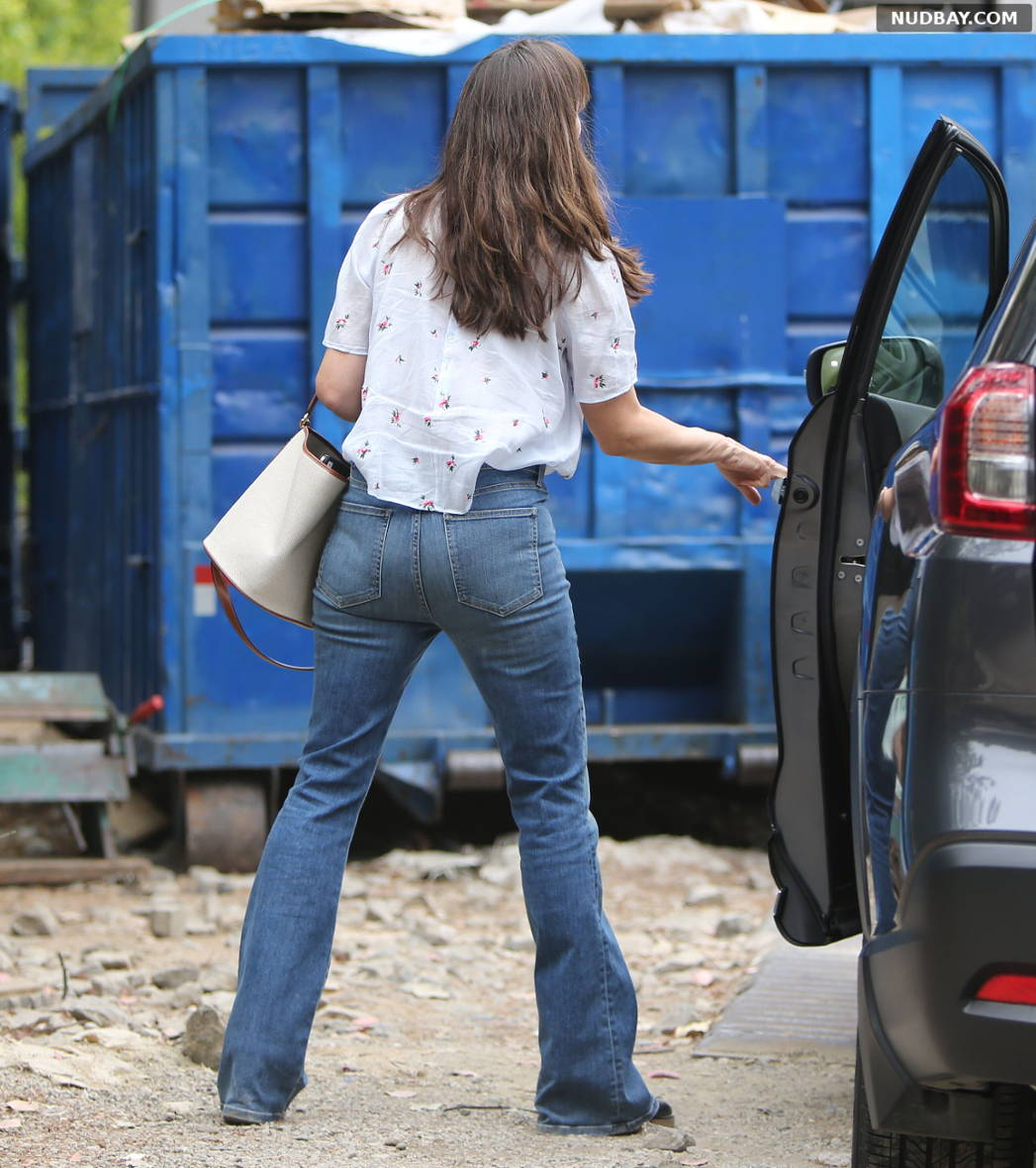 Jennifer Garner Booty out in Brentwood May 17 2021