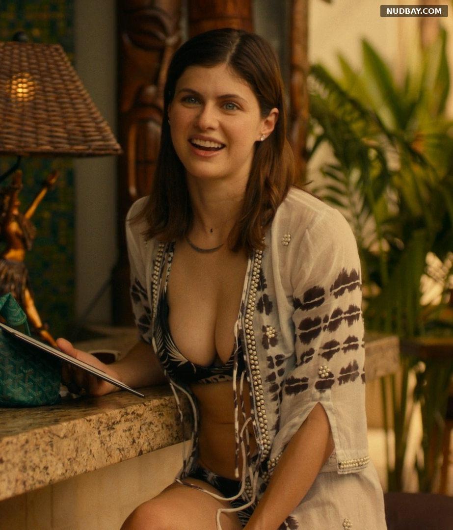 Alexandra Daddario cleavage The White Lotus S01E03 (2021)