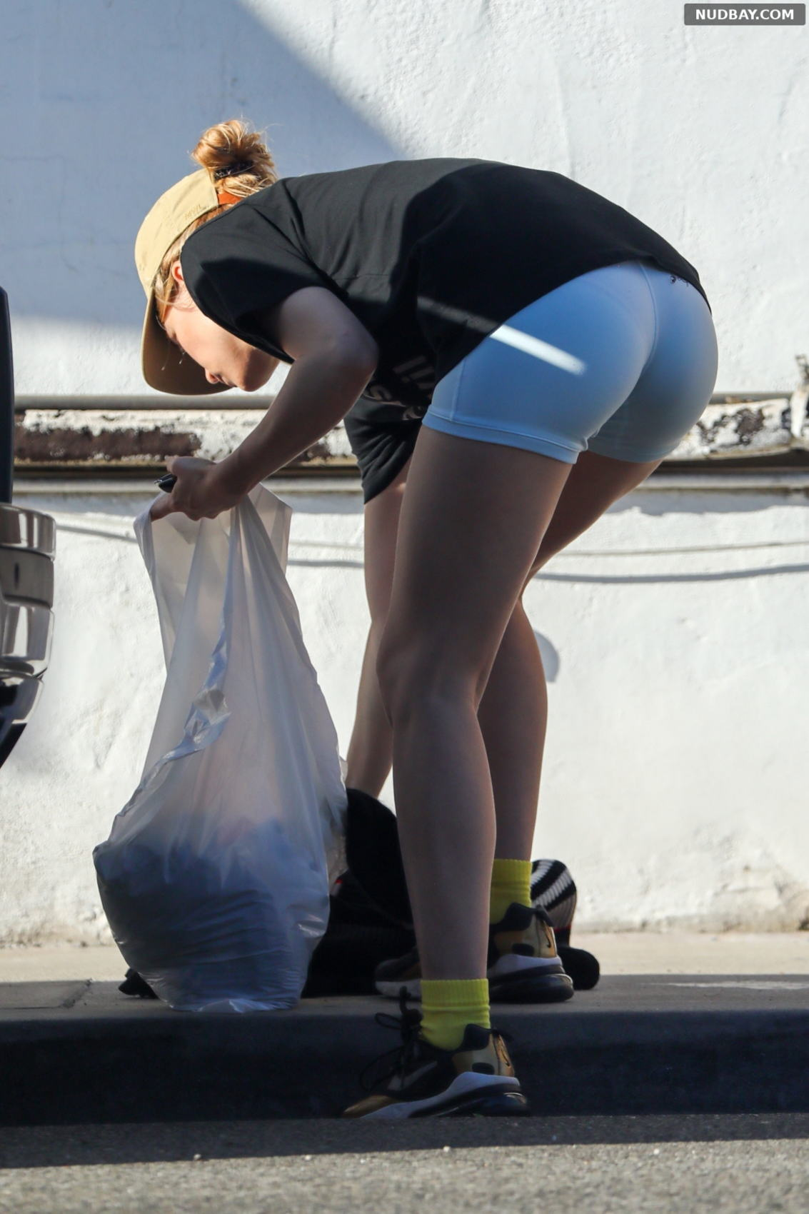 Suki Waterhouse Booty Cleans out her car in Los Angeles Oct 03 2021